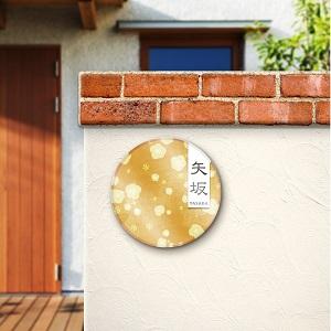 ゴールドの風水を意識した和風手書きデザインのおしゃれ表札を戸建ての壁にセットした画像