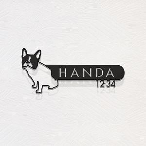 かわいいフレンチブルドックデザインのアイアン・ステンレス表札を白い壁にセットしたデザイン例