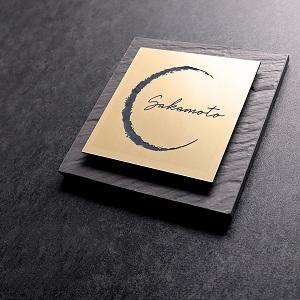 おしゃれなビストロ風デザインのタイル表札を黒い壁に設置した商品画像