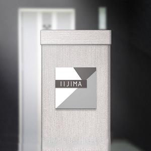 モノトーンでシャープなモダンデザインのアクリル表札を門柱にセットした商品画像