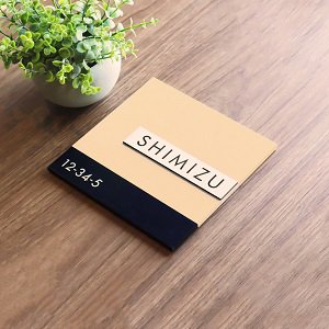 やわらかく化粧品ブランドのようなデザインのアクリル表札