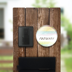 マーブリングアート風デザインのアクリル表札を木の門柱にセットした事例の画像