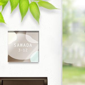 サンリオっぽい雲が折り重なった感じのかわいいデザインのアクリル表札を門柱にセットした事例の画像