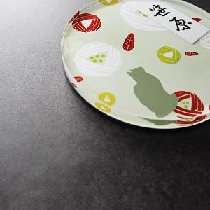 毬と猫の和風イラストデザインのアクリル表札を黒い壁にセットした画像