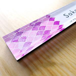 おしゃれに紫の扇模様でデザインした女性向け表札を撮影した画像