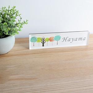 北欧風でかわいい木のイラストを使ったデザインのアクリル表札を撮影した画像