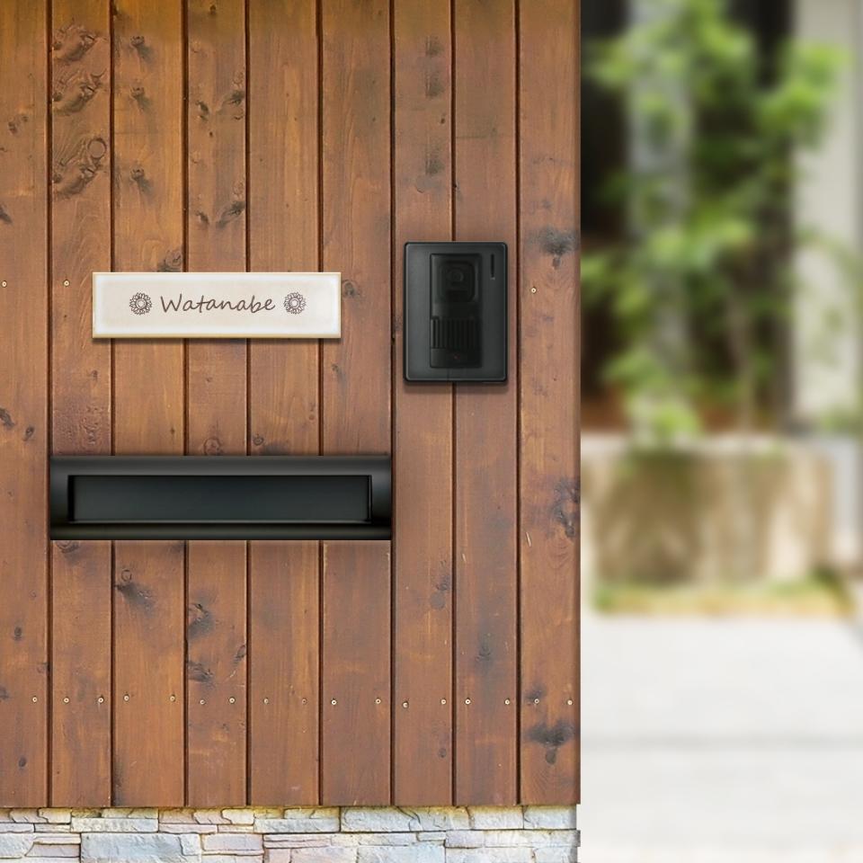 ひまわりアイコン入りタイル表札を木目の門柱に取り付けした画像
